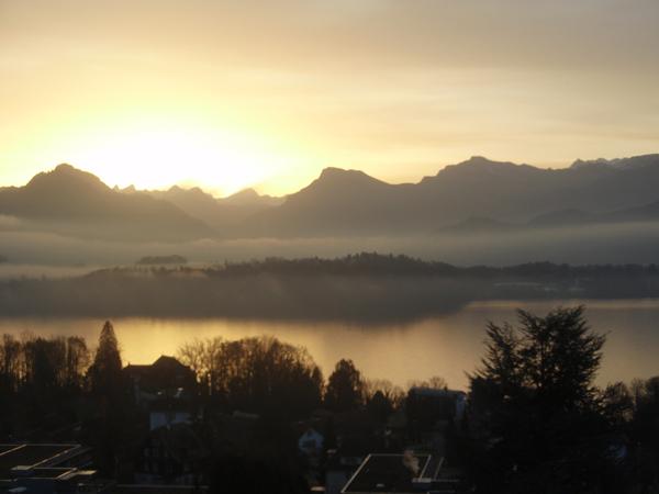 gleissender Sonnenaufgang im Winter