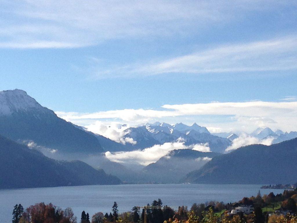 Aussicht auf Berner Alpen über Vierwaldstättersee