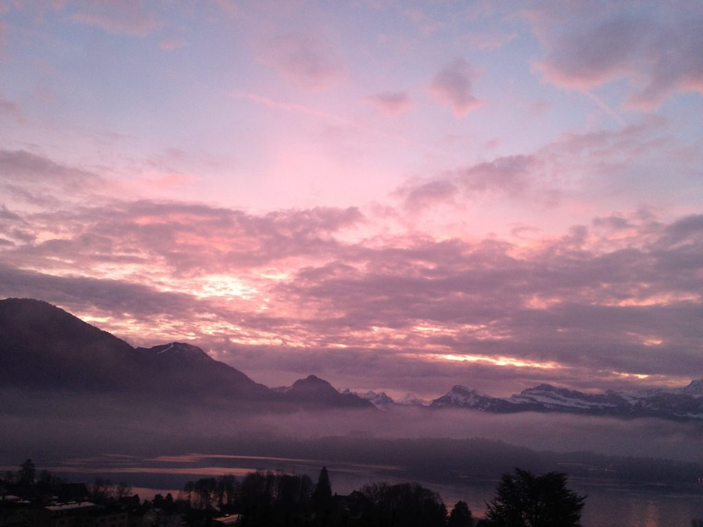 Morgenrot in Wolken über dem Vierwaldstättersee