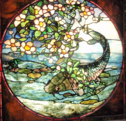 Glasfenster in bunten Farben mit Fisch. Foto gemacht im Kunstmuseum Boston.