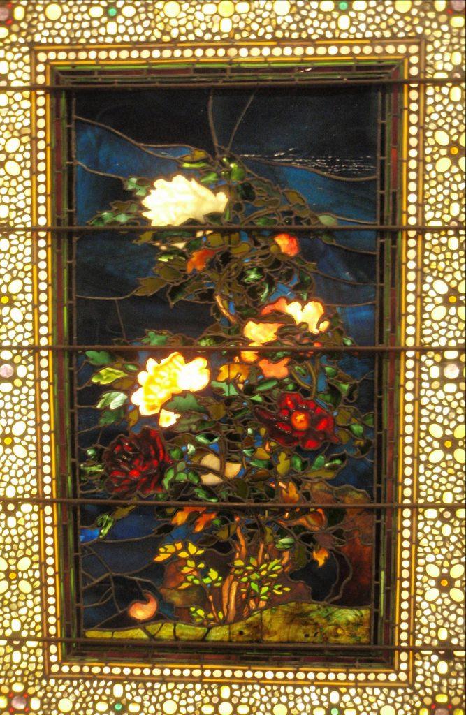 Glasfenster mit Blumenstrauss-Motiv, Fot gemacht im Museum of fine arts in Boston