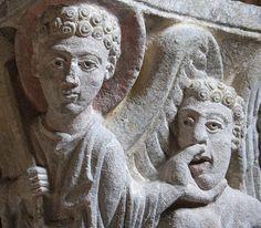romanische Steinfigur, Relief an Kirchenmauer